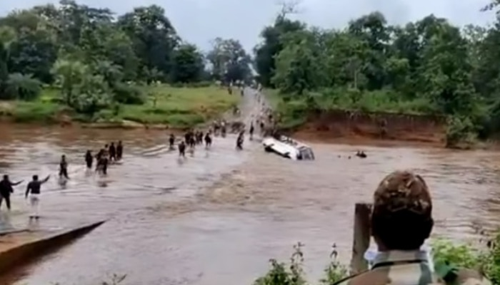 Chattisgarh Flood:కొట్టుకుపోయిన బస్సు, దూకి ప్రాణాలు దక్కించుకున్న సీఆర్పీఎఫ్ జవాన్లు