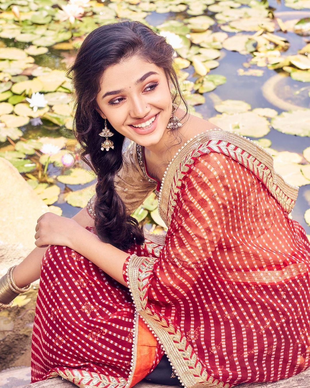 Krithi Shetty: చూపులతో చంపేస్తున్న 'ఉప్పెన' బ్యూటీ కృతి శెట్టి] | News in Telugu