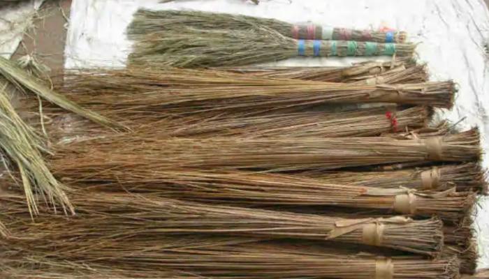 Vastu Tips For Broom: చీపురు వాడే సమయంలో ఈ తప్పులు చేయకండి